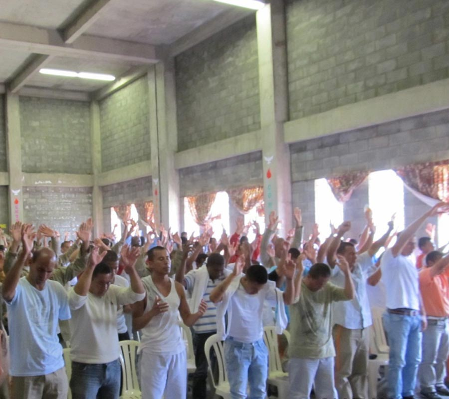 church-worship-with-inmates-1