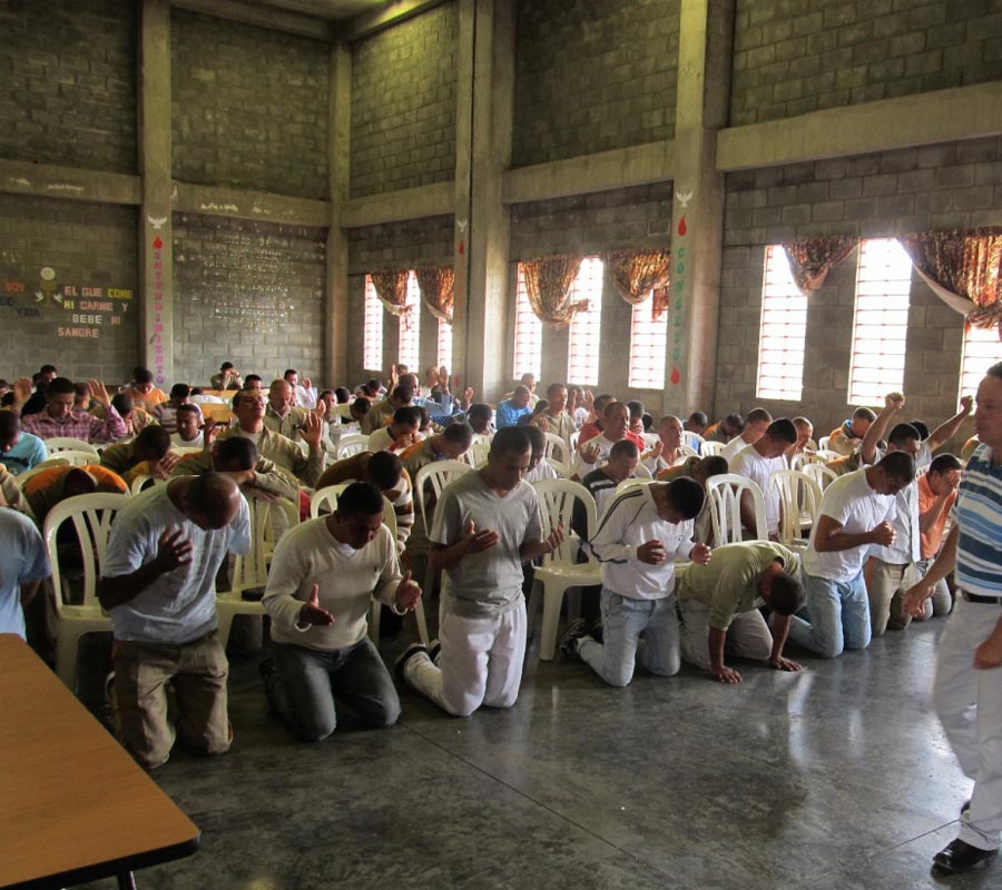 church-worship-with-inmates-2