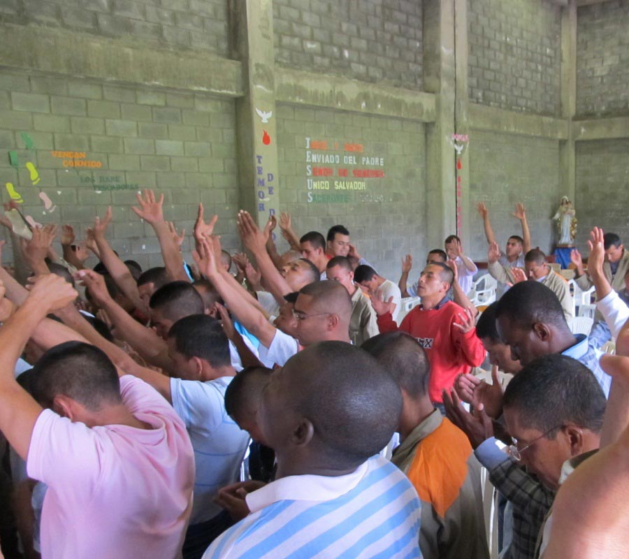 church-worship-with-inmates-3